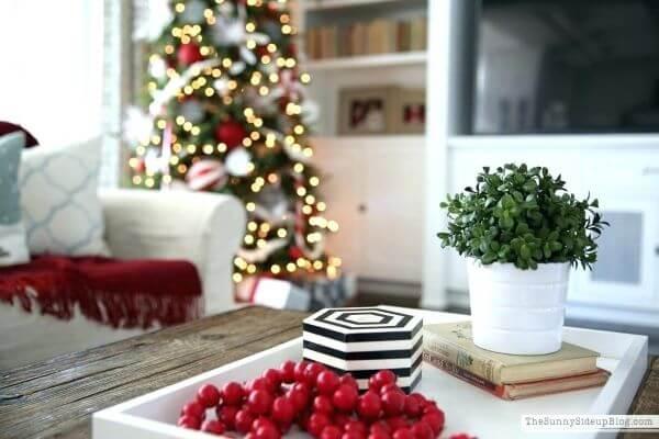 Decoração de natal para sala simples com vermelho.