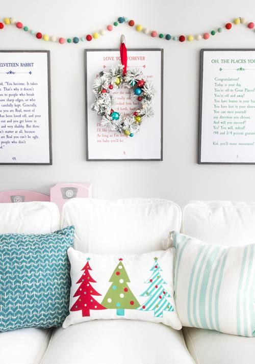 Decoração de natal para sala simples com almofada e guilanda.