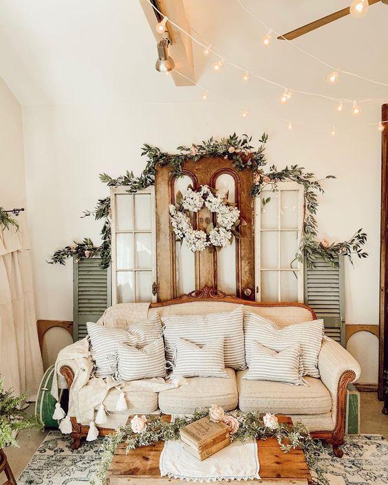 Decoração de natal para sala simples com vegetação natural e luzes.