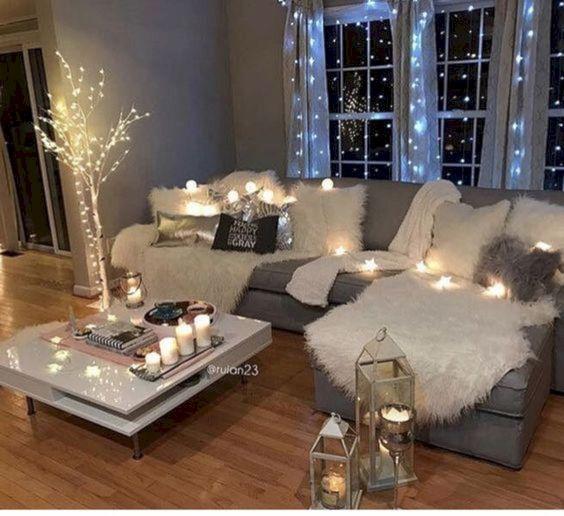 Decoração de natal para sala simples com cordão de luz e pisca pisca.