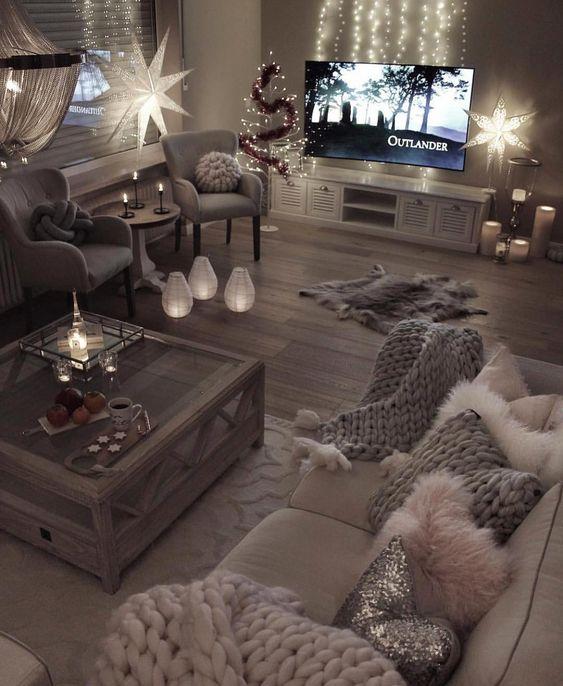 Decoração de natal para sala simples com luminária estralada, velas e pisca pisca.
