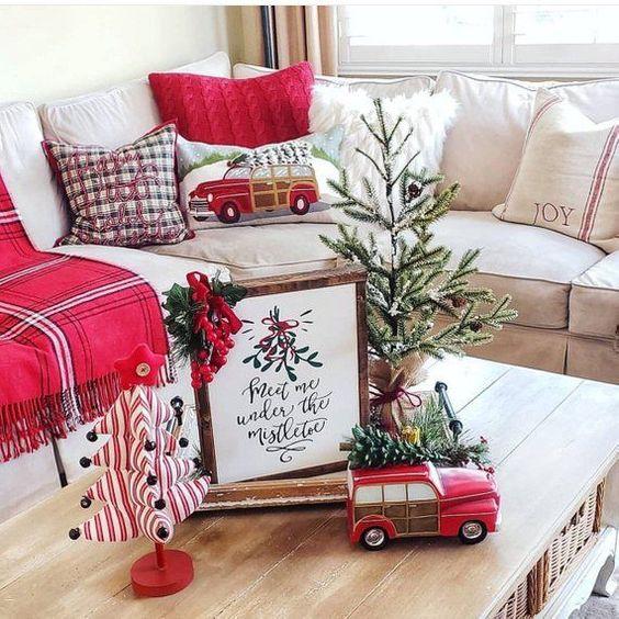 Decoração de natal para sala simples com mesa de centro decorada.
