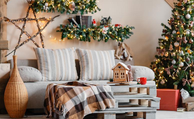 Decoração de natal para sala simples com pisca pisca, árvore e prateleira decorada.