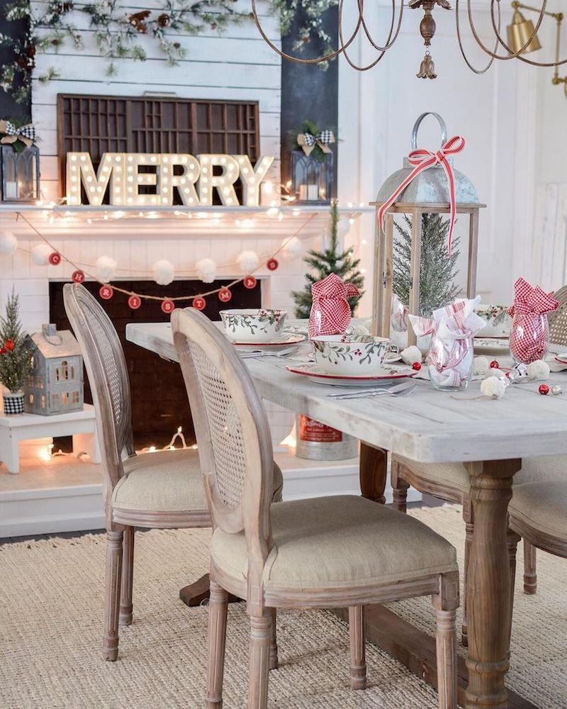 Decoração de natal para sala de jantar com mesa simples.