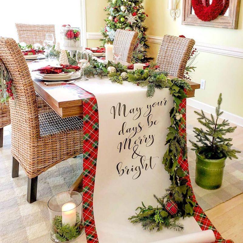 Decoração de natal para sala de jantar com duas passadeiras de mesa natalina.