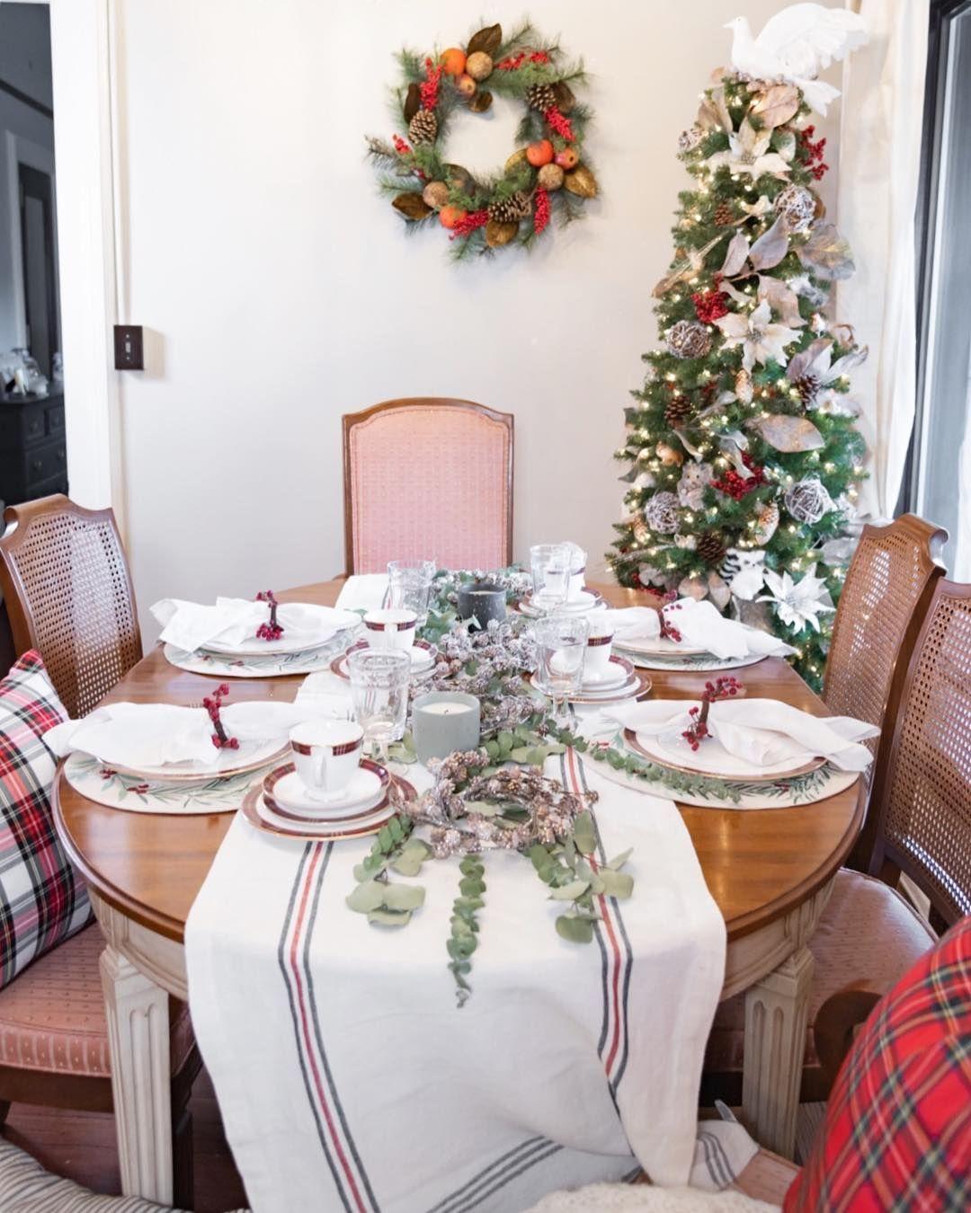 Decoração de natal para sala de jantar com arranjo de centro e guardanapo enfeitado.