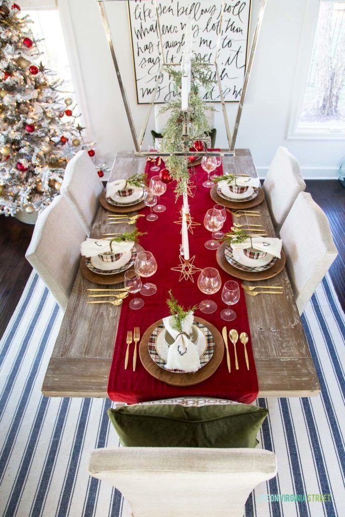 Decoração de natal para sala de jantar com passadeira de mesa com talheres dourados.
