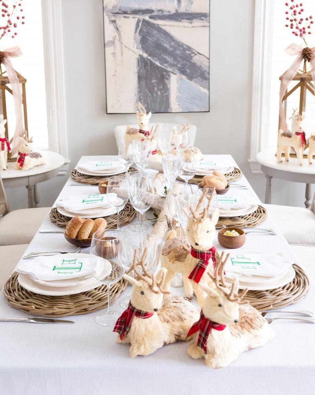 Decoração de natal para sala de jantar com jogo americano de palha.