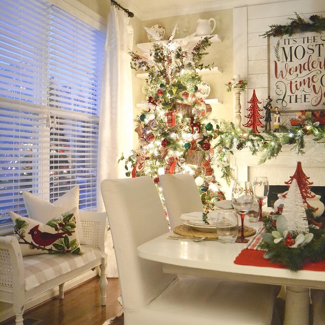 Decoração de natal para sala de jantar com jogo americano de palha e arranjo de mesa natalino.
