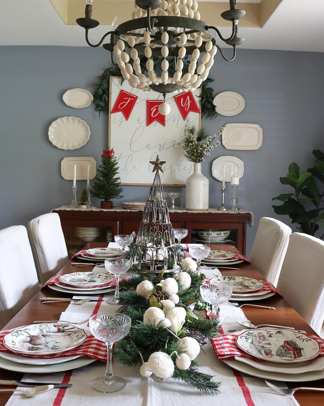 Decoração de natal para sala de jantar com pratos natalinas.