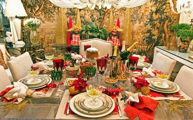 Decoração de natal para sala de jantar com árvores dourados e mesa decorado.