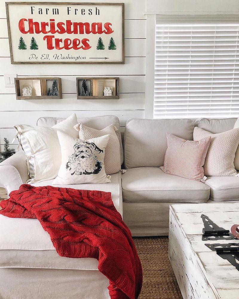 Almofada natalina e manta vermelha.