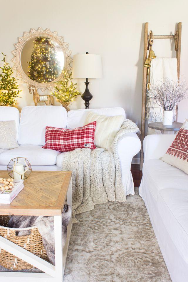 Almofadas natalinas, árvores e pisca pisca.