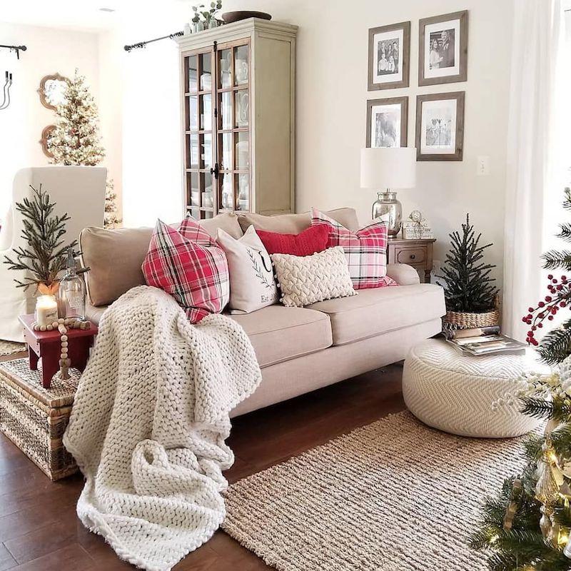 Árvores pequenas, almofadas natalinas e velas.