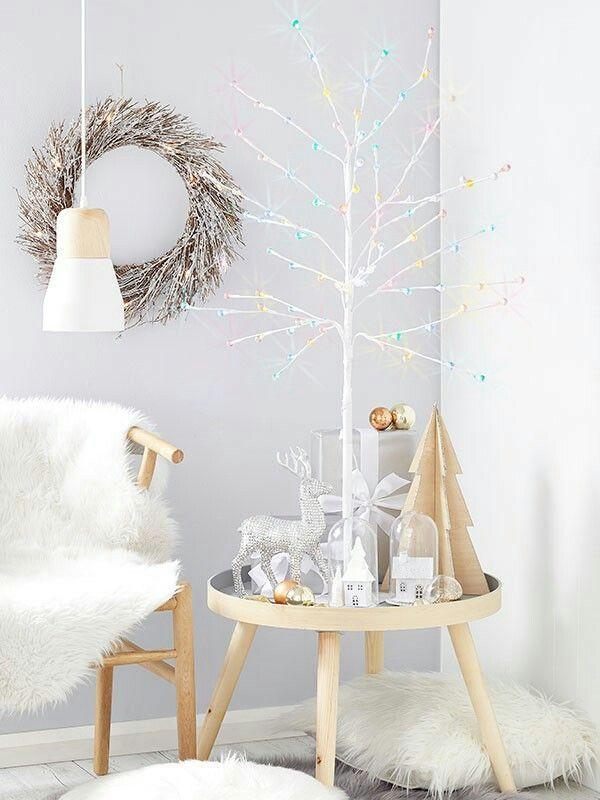 Guirlanda de palha, árvore branca com bolas natalinas e tema escandinavo.