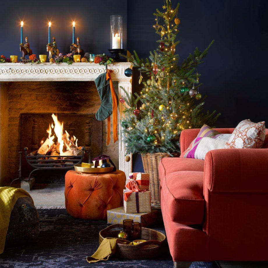 Árvore natalina, presentes, reis magos, velas e meias.