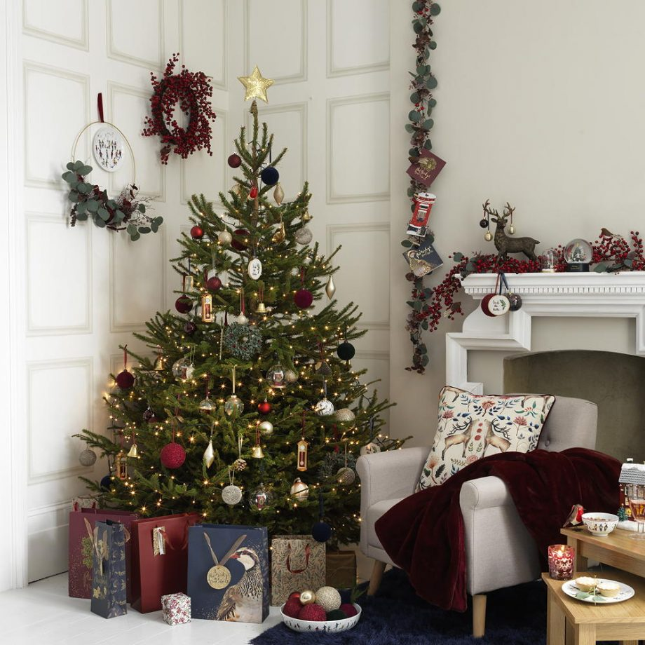 Guirlandas decoradas, frutas, velas e bolas natalinas.