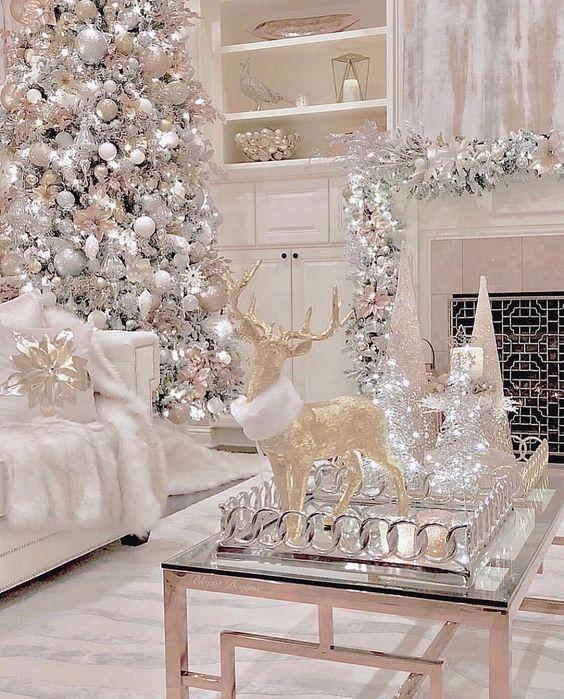 Ambiente luxuoso branco e prateado decorado com pisca pisca.