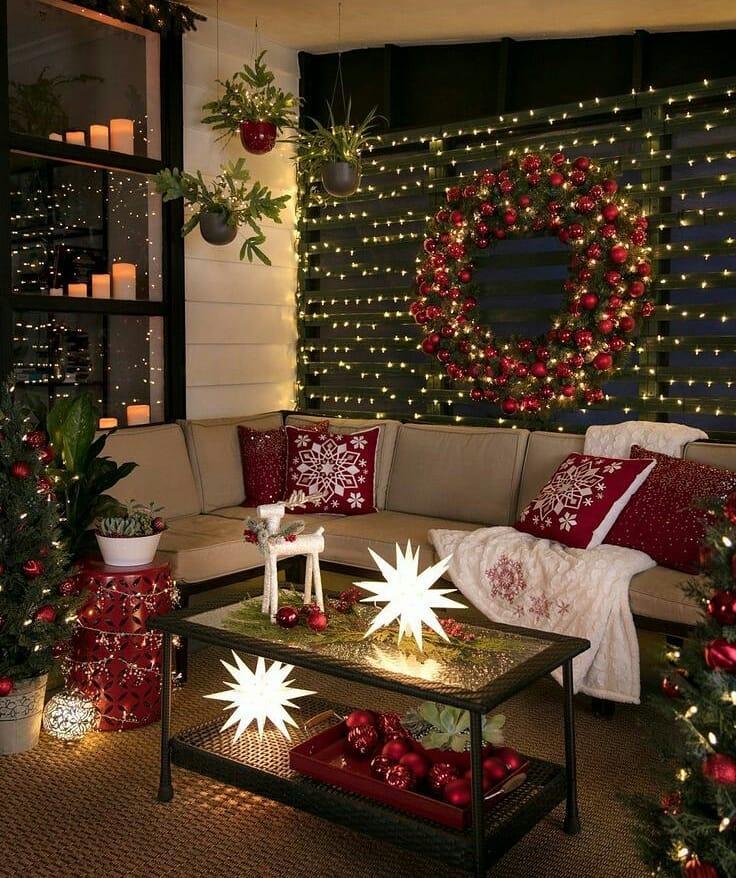 Decoração de natal para sala com pisca pisca, almofada decorada e luminária.