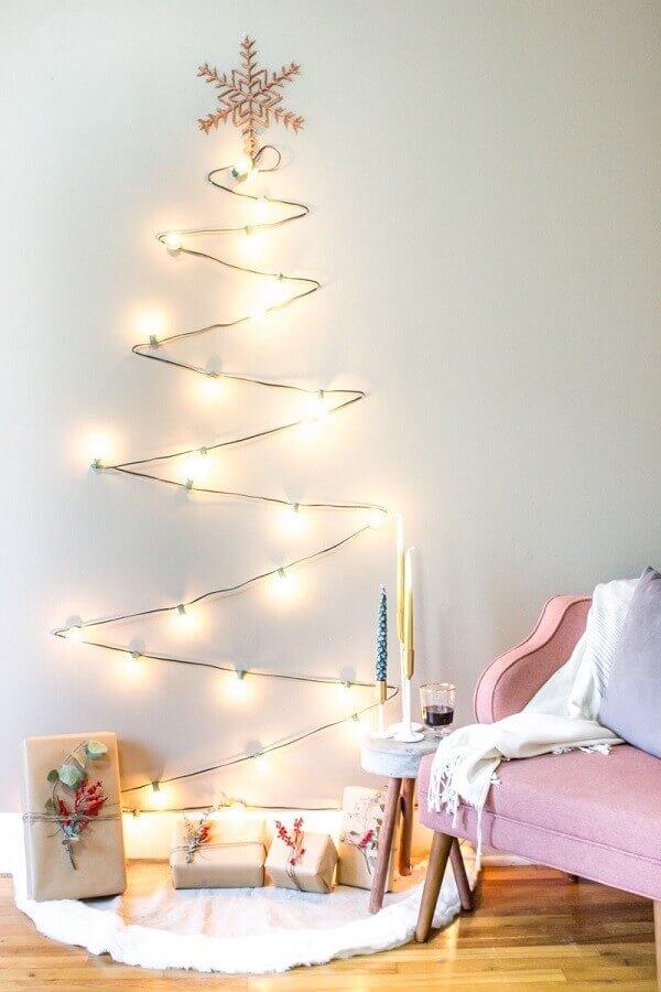 Ambiente decorado com cordão de luz no formato de árvore.