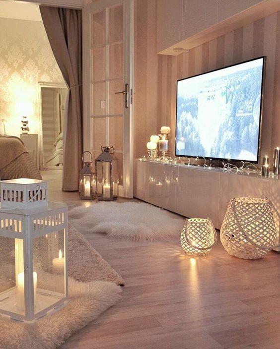 Ambiente decorado com pisca pisca, velas e suportes para velas elegantes.