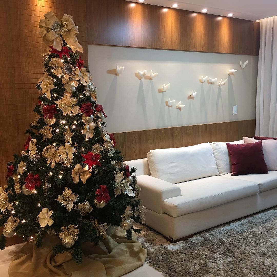 Árvore de natal decorada tradicional.