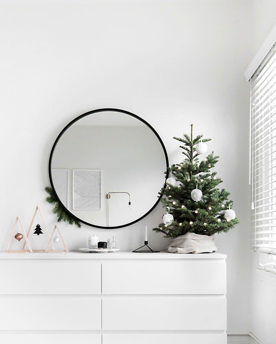 Árvore de natal pequena e árvore de madeira.