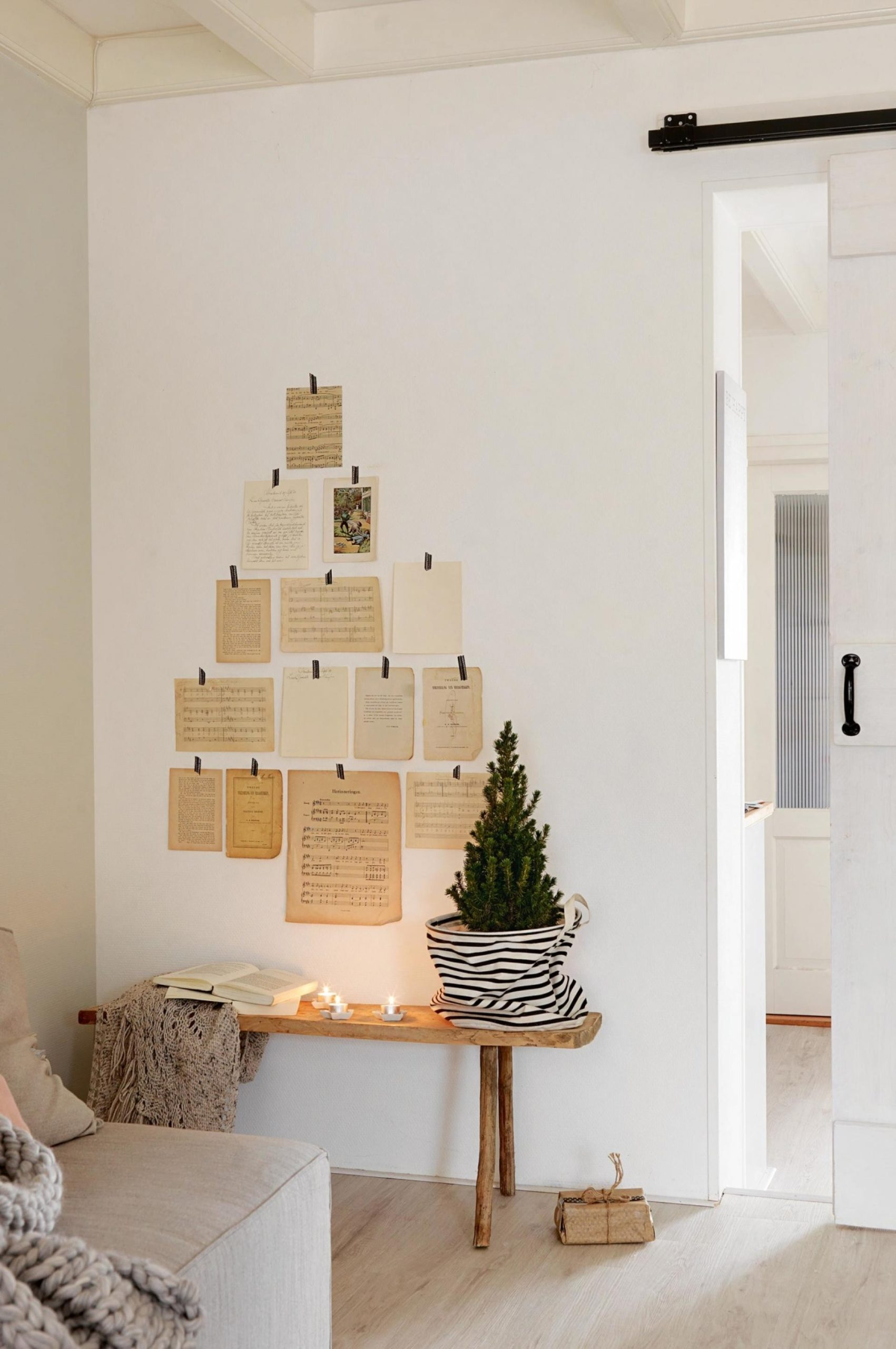Árvore de natal de papel na parede.