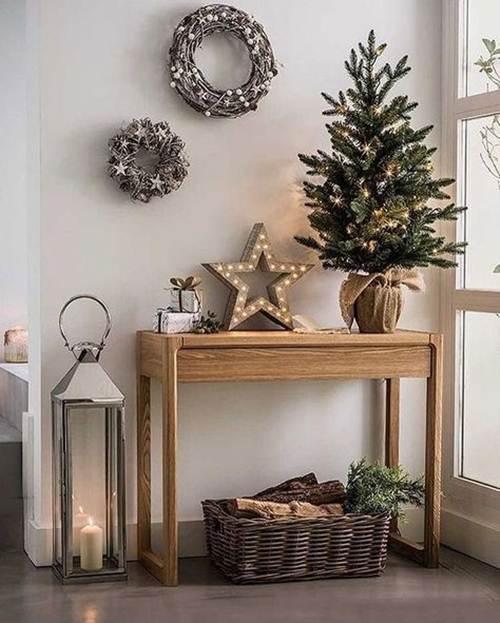 Árvore de natal pequena, luminária estrelada e guirlandas naturais.