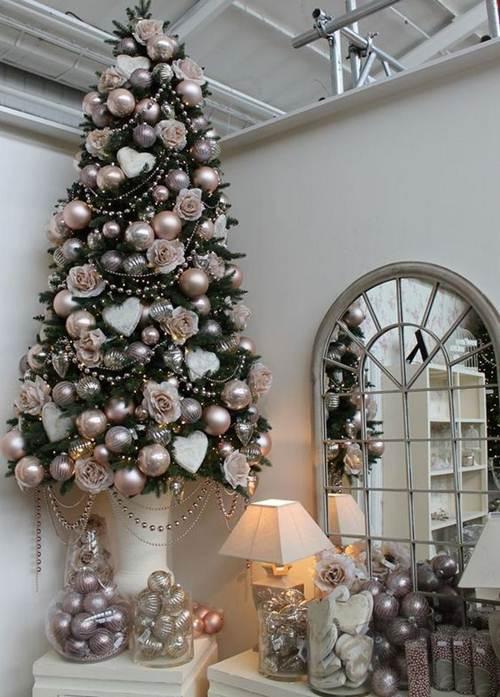 Árvore de natal sofisticada e bolas natalinas.