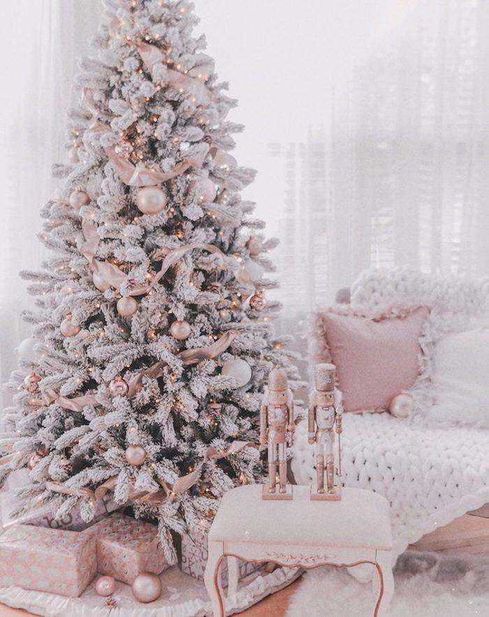Árvore de natal de luxo rosa e branca.