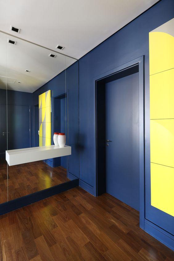 parede e porta azul cobalto
