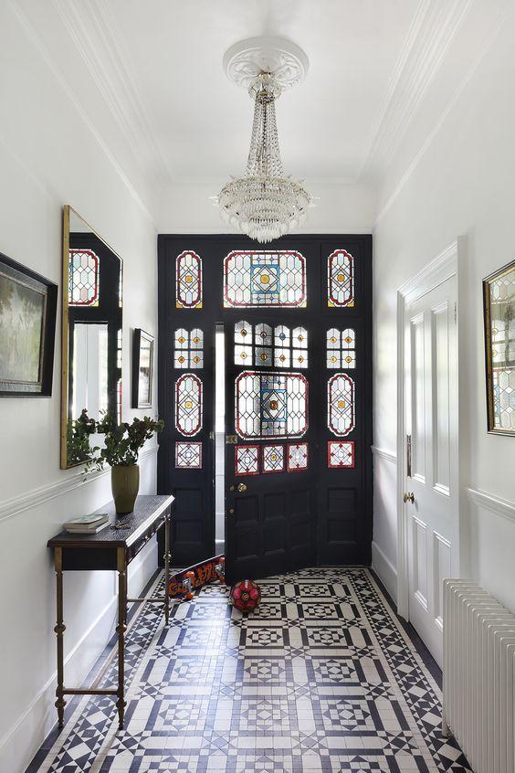 hall de entrada com piso e vitral antigo