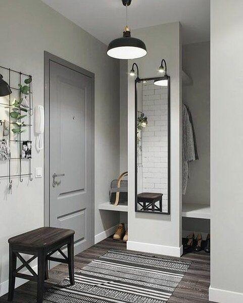 hall de entrada cinza e branco com piso de madeira