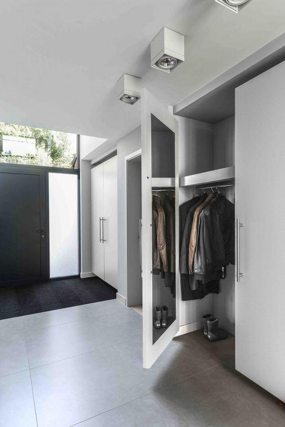 hall de entrada grande com armário e piso de cimento