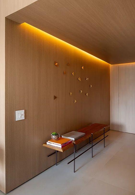 teto rebaixado com madeira e iluminação indireta