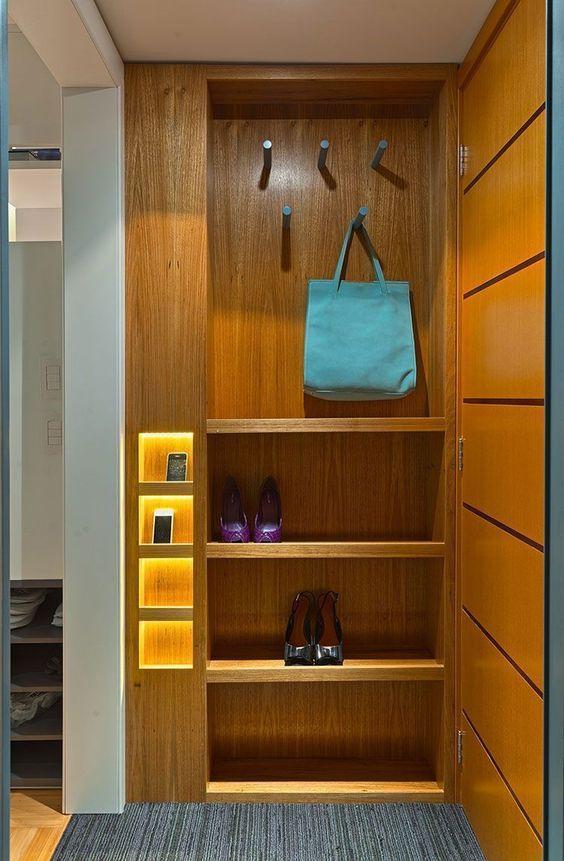 hall de entrada com sapateira e nichos iluminados