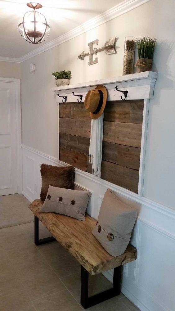 hall de entrada com painel de madeira de demolição