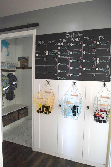 hall de entrada com parede lousa e cestas