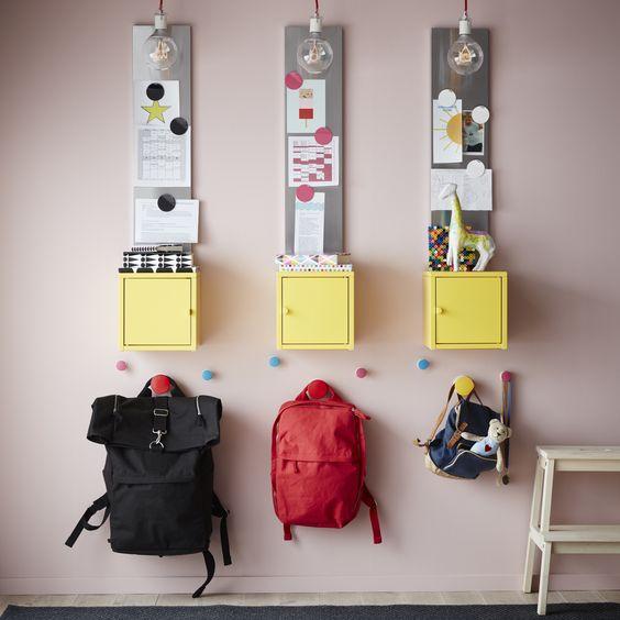 hall de entrada com pequenos armário e ganchos coloridos infantil