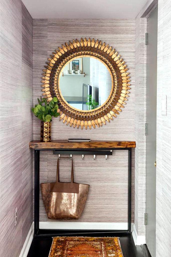 hall de entrada com espelho dourado