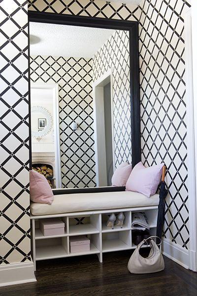 hall de entrada preto e branco com espelho