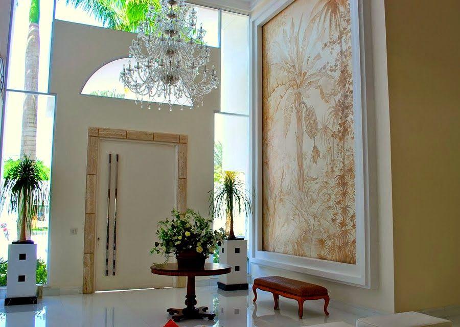 hall de entrada grande com lustre de cristal