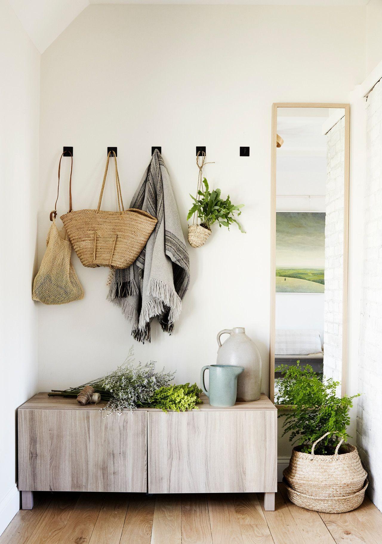 hall de entrada com armário rústico e plantas