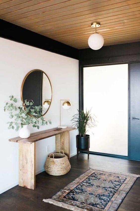 hall de entrada com aparador e teto de madeira