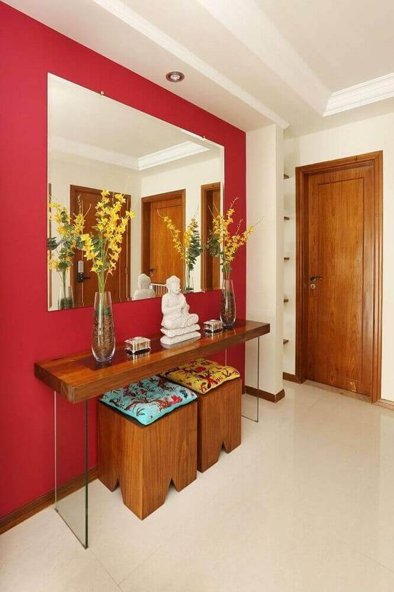 parede vermelha com espelho grande