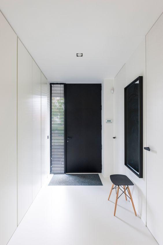 ambiente minimalista preto e branco com espelho