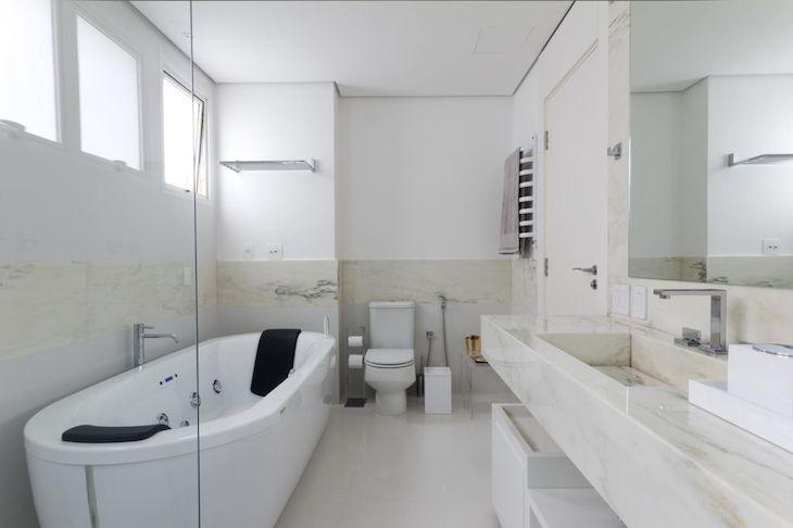 Decoração simples com banheira e mármore.