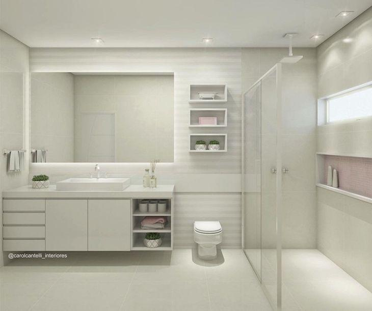 Decoração moderna com armário branco grande, espelho e box amplo.