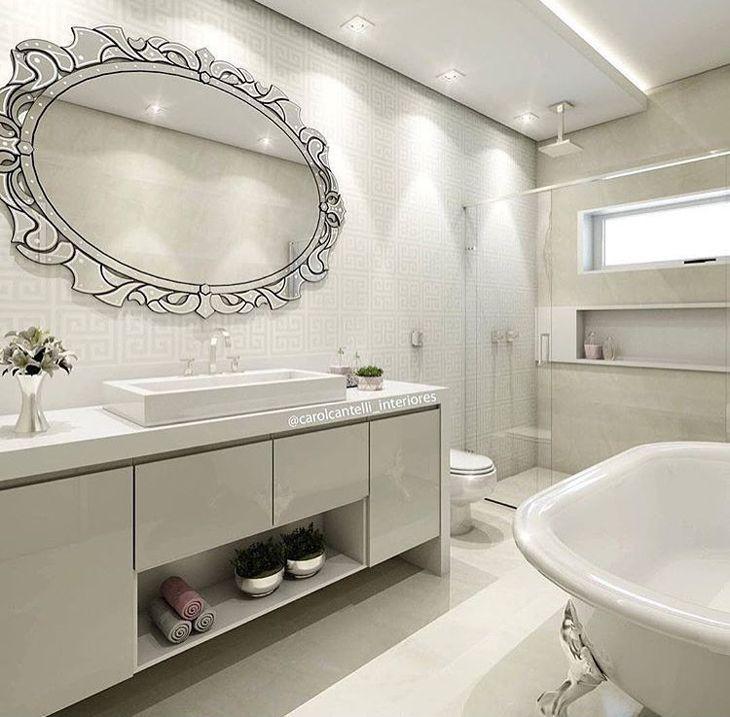 Decoração com espelho decorado e banheira.